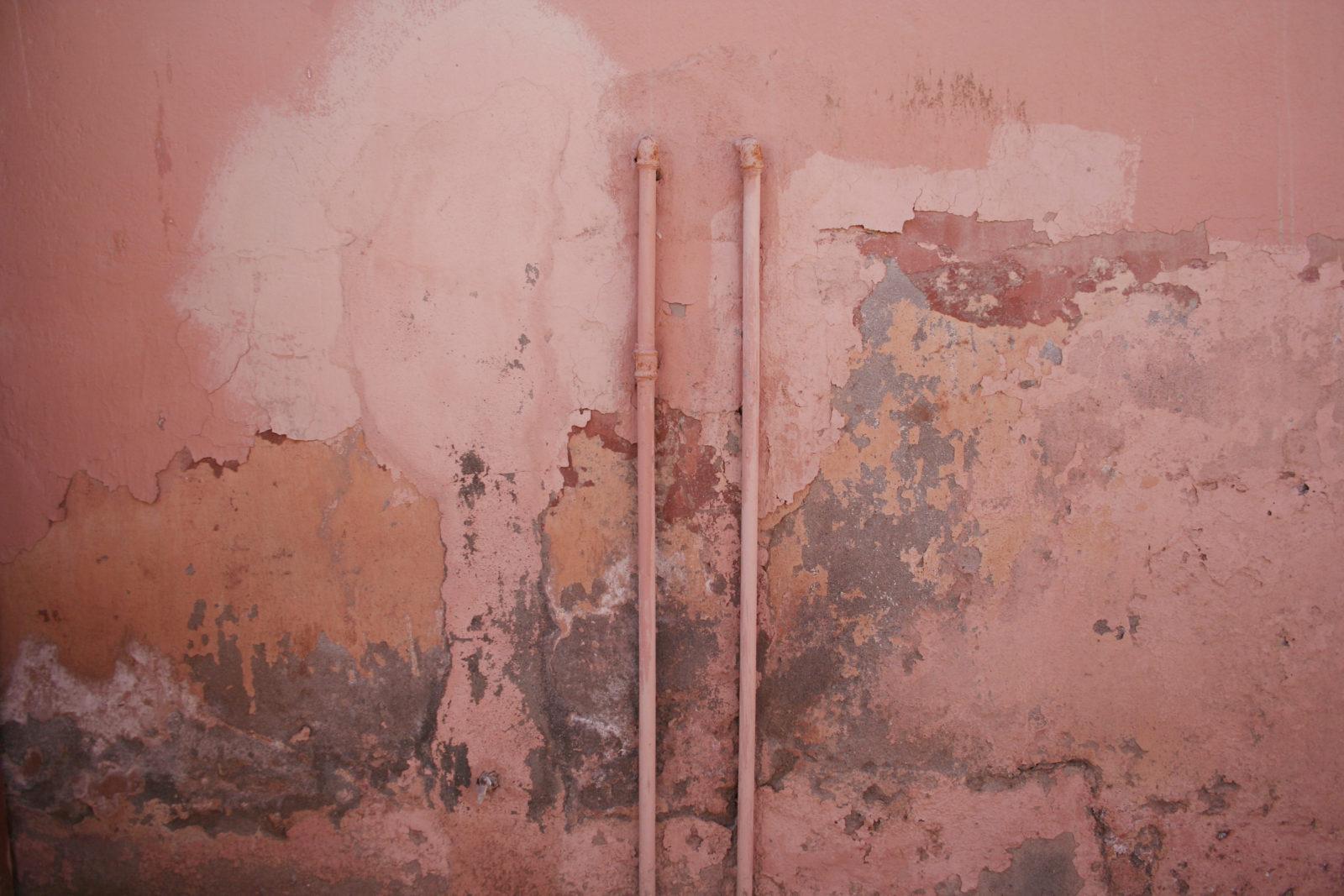 un mur endommagé