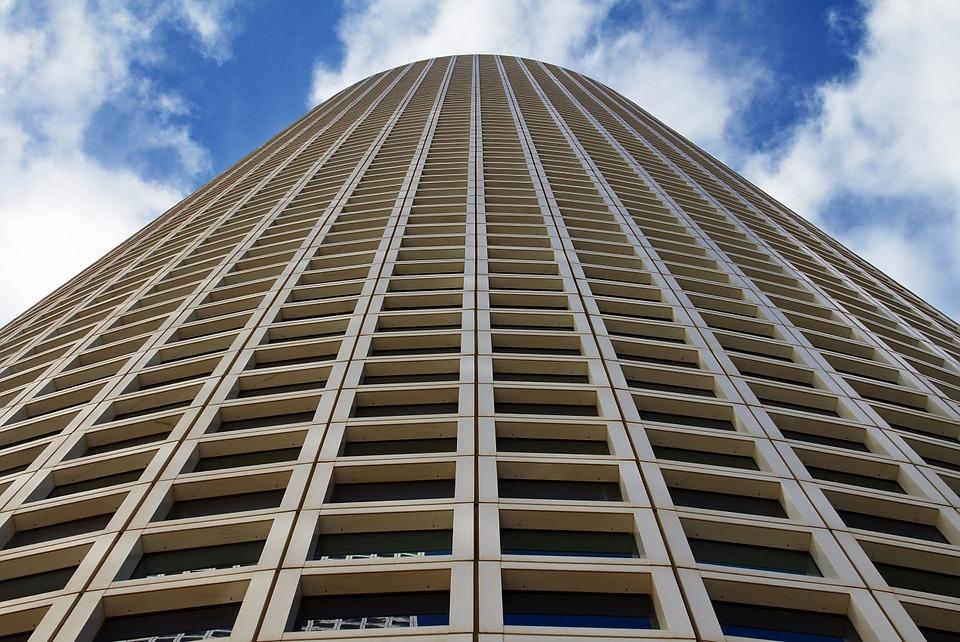 une grande tour d'immeuble